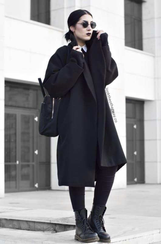 look gotico com calca e casaco de inverno