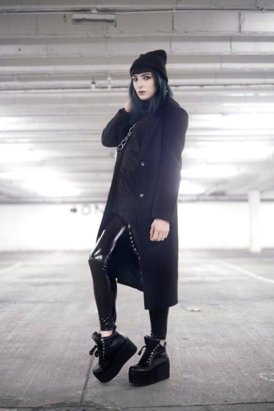look gotico com calca de vinil