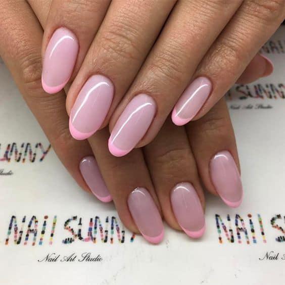 unha longa e redonda com nail art rosa