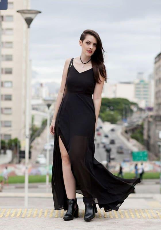 look gotico suave com vestido longo e bota