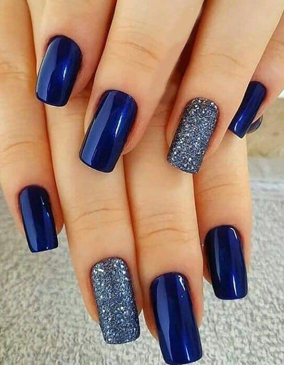 unhas longas decoradas com esmalte azul