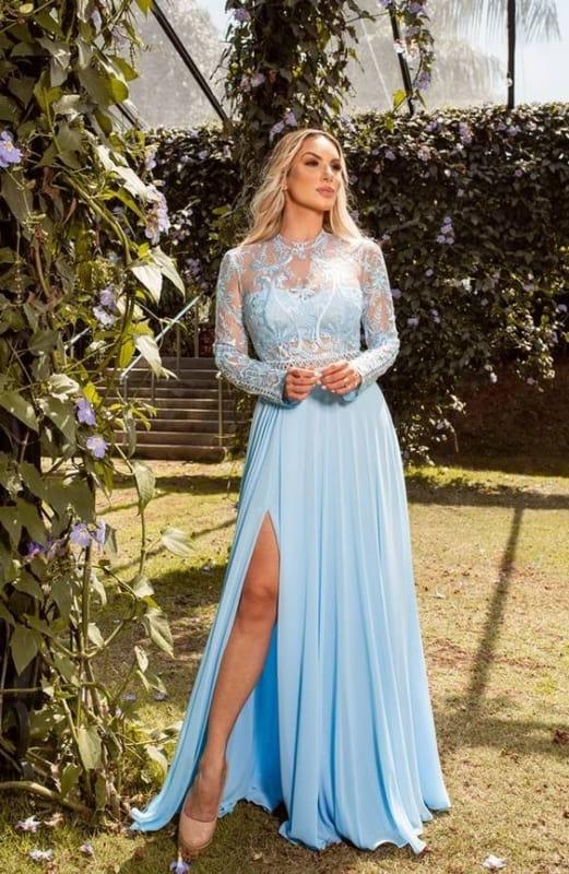 madrinha de casamento com vestido azul serenity com renda