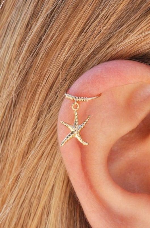orelha com furo na cartilagem