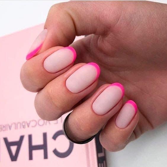 unhas redondas com francesinha rosa neon