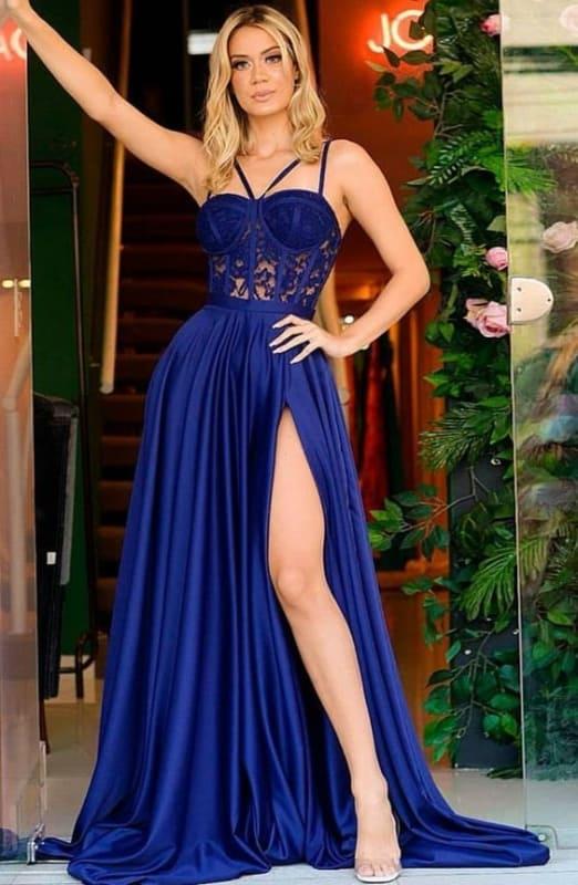 madrinha com vestido azul com corpete de renda
