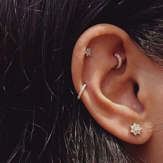 orelha com furos de piercing na parte de cima