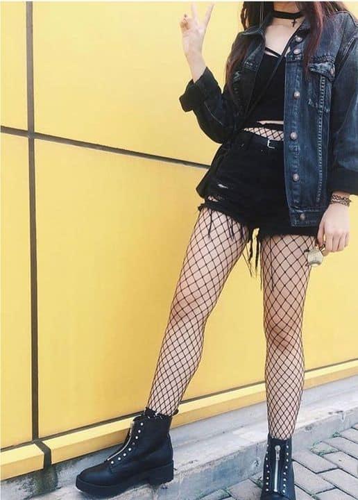 look gotico suave com jaqueta jeans