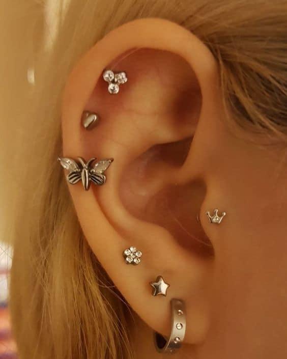 orelha com brincos pequenos em furo na cartilagem