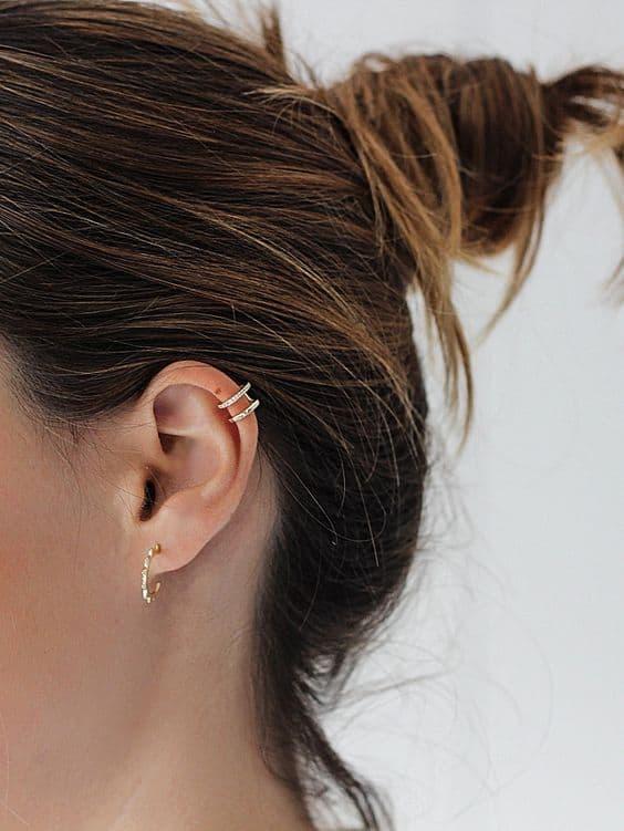 orelha com 1 furo e piercing na cartilagem