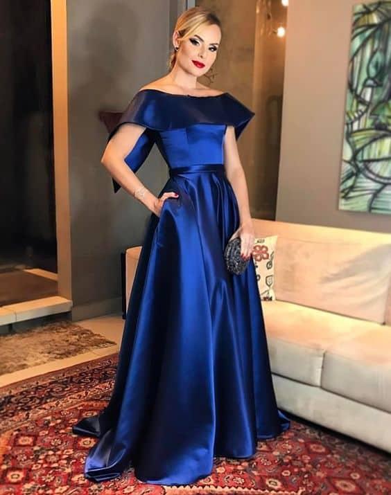 madrinha de casamento com vestido azul marinho rodado e minimalista