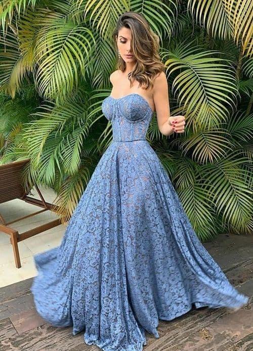 madrinha com vestido de renda azul rodado