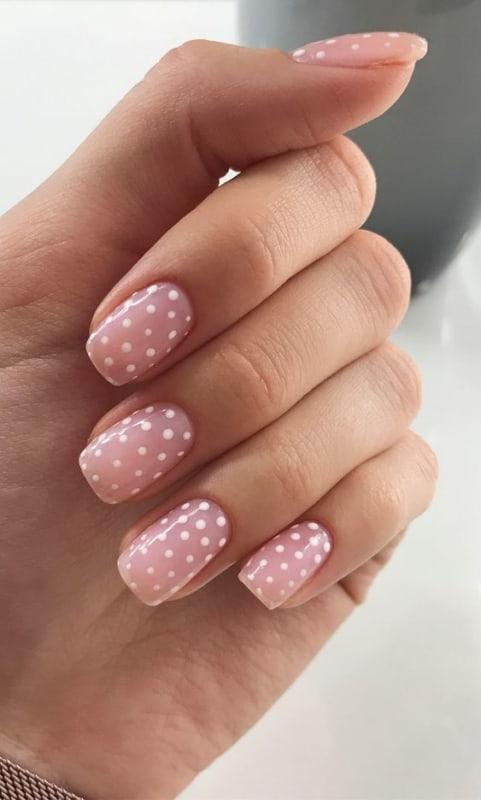 unha quadrada com nail art de bolinhas