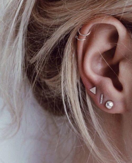 orelha com varios furos e brincos pequenos