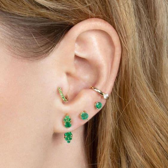 orelha furos e brincos de pedras
