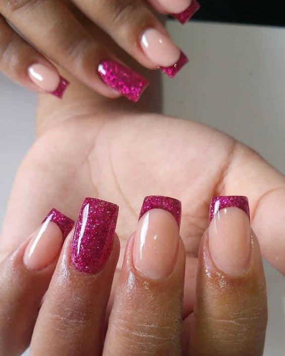 unha quadrada com francesinha de esmalte de glitter pink