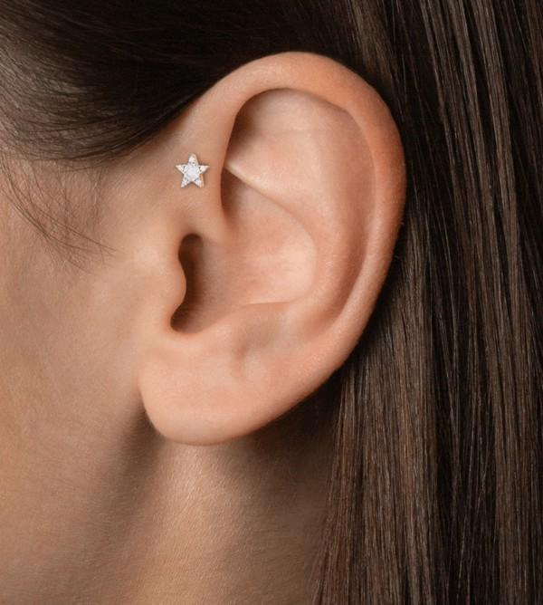 furo moderno na orelha