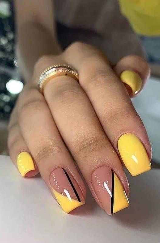 unhas quadradas decoradas com esmalte amarelo