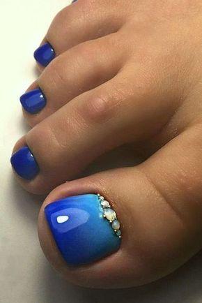 unha do pe decorada com esmalte azul degrade