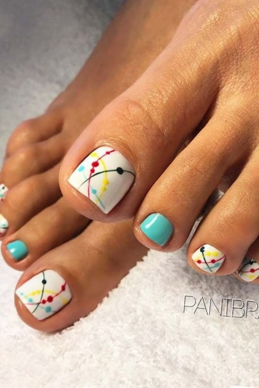 unhas do pe decoradas com esmaltes coloridos