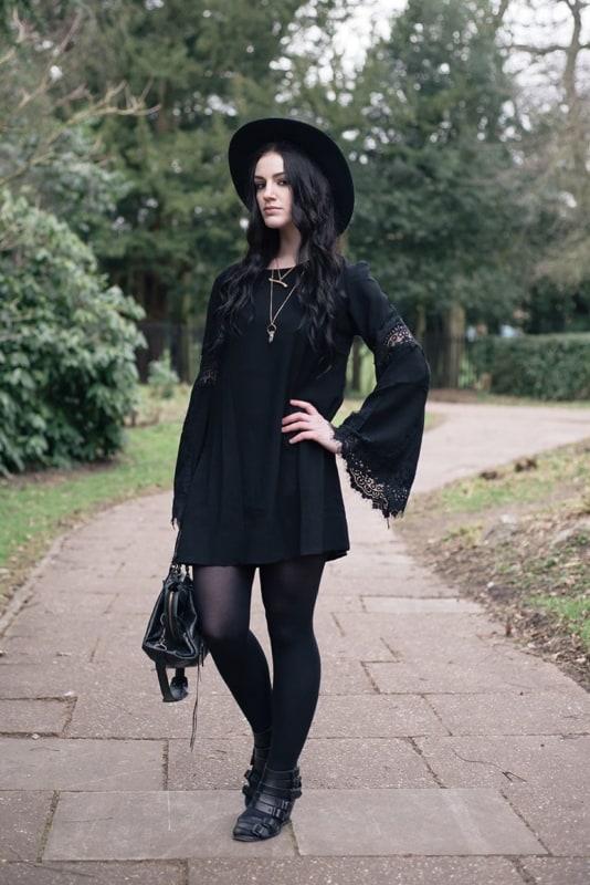 look gotico com vestido curto e meia calca preta