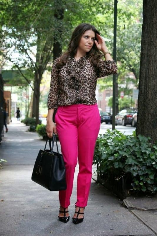 look com blusa de oncinha e calca neon de alfaiataria