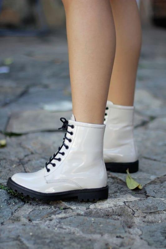 bota corturno branca com cadarco preto