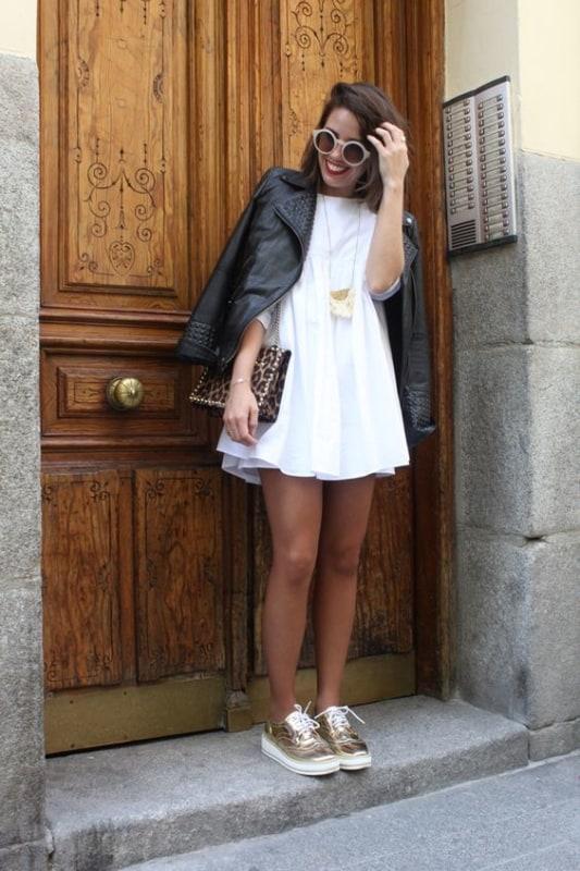 look com vestido branco curto e jaqueta de couro
