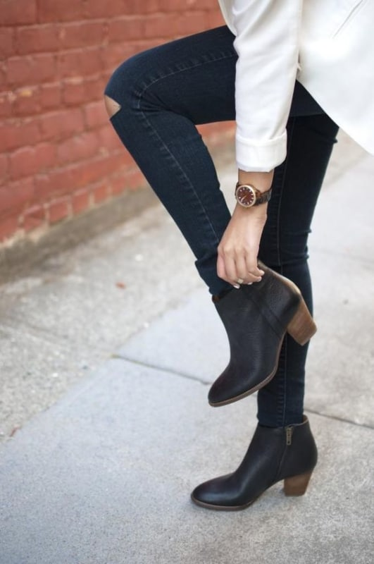 look calca jeans com bota de cano curto de salto bloco
