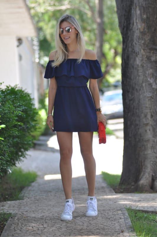 look com vestido curto azul marinho e decote ombro a ombro