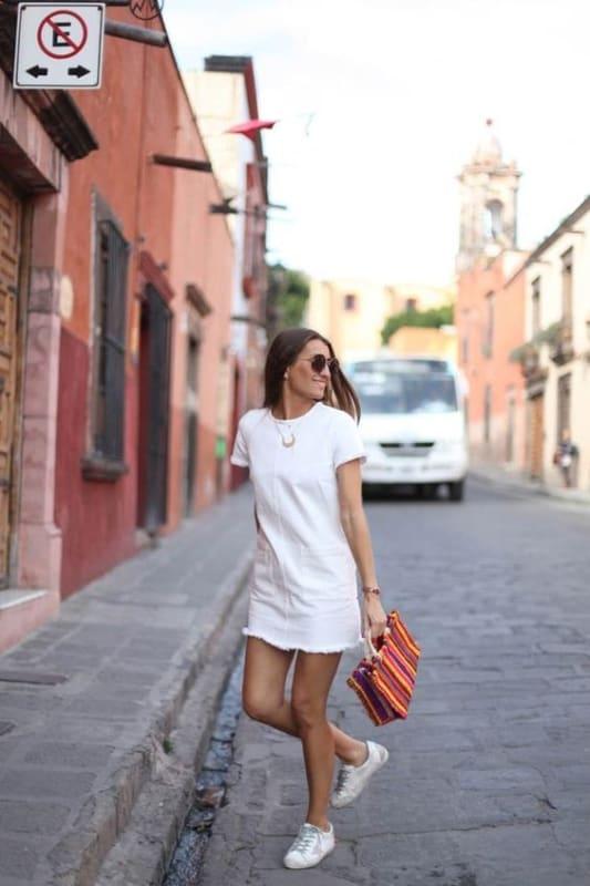 look dia a dia com vestido branco curto e tenis