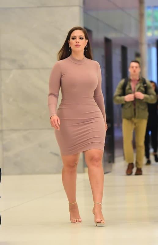 look plus size com vestido basico nude de mangas longas