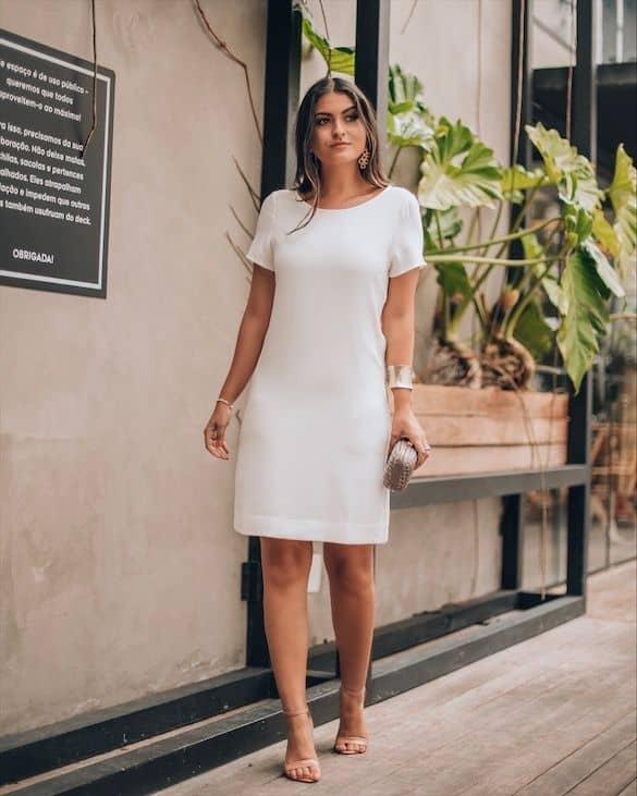 look festa com vestido branco basico e sandalia nude