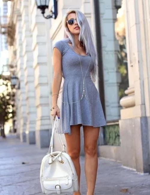 look com vestido de malha cinza curto e basico