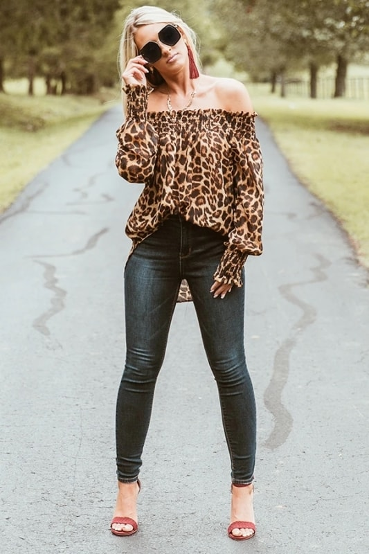 look com calca e blusa animal print ombro a ombro