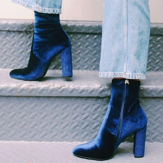 bota de veludo azul com salto bloco alto