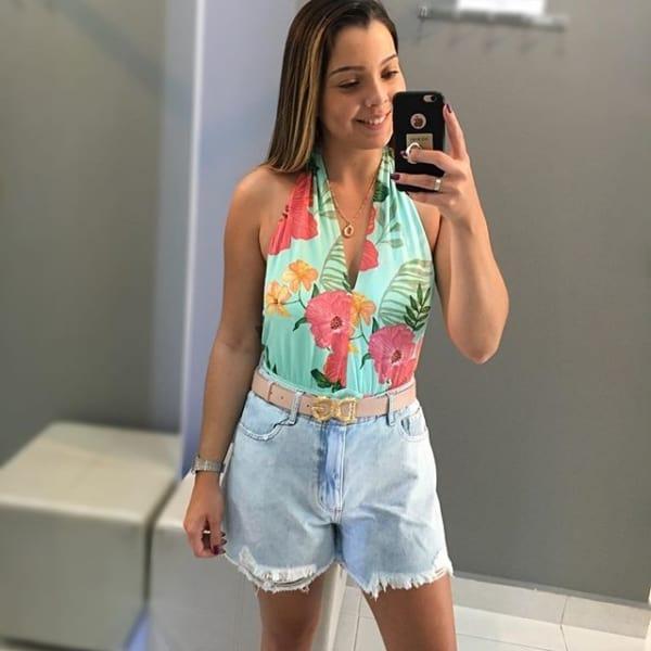 look com short jeans e frente unica floral