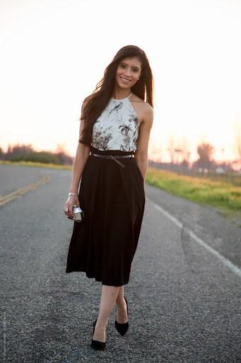 look com blusa frente unica branca e preta e saia midi