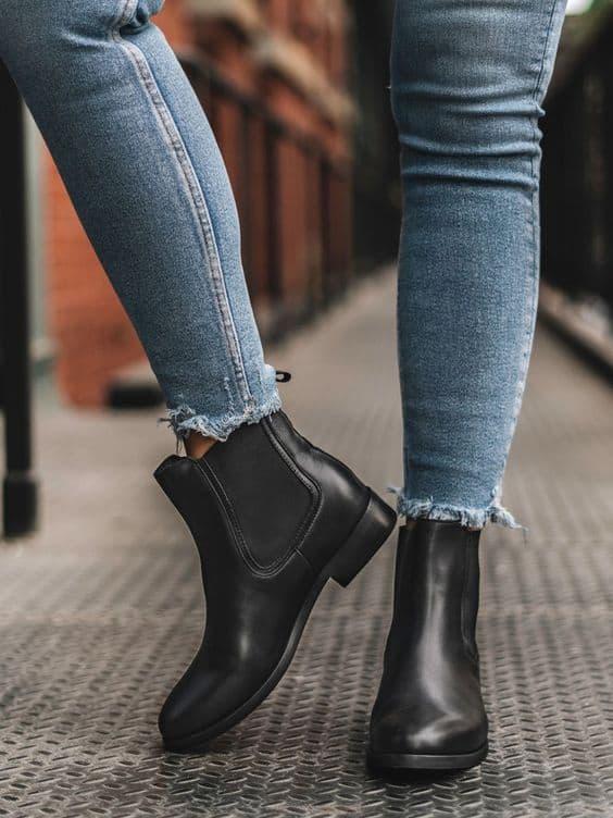 bota chelsea preta com calca jeans