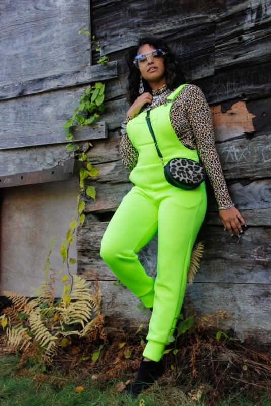 look com blusa de oncinha e macacao verde neon