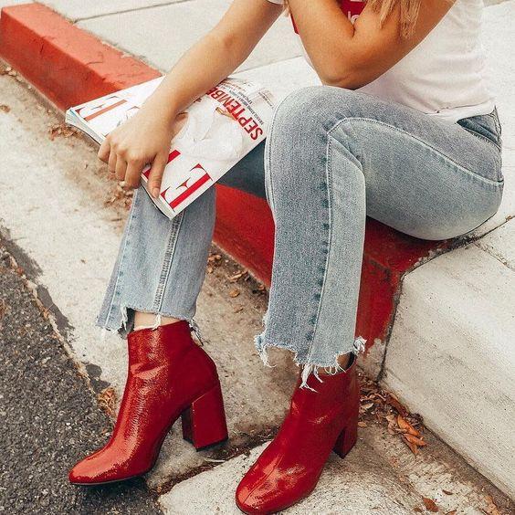 bota vermelha de salto grosso