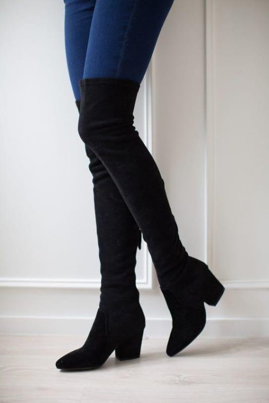 bota over the knee preta com calca jeans