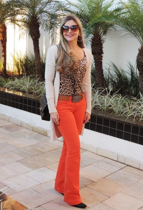 look com blusa de oncinha e calca laranja neon