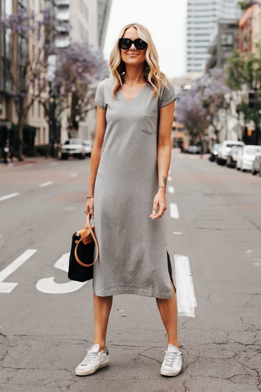 look com vestido midi cinza e tenis