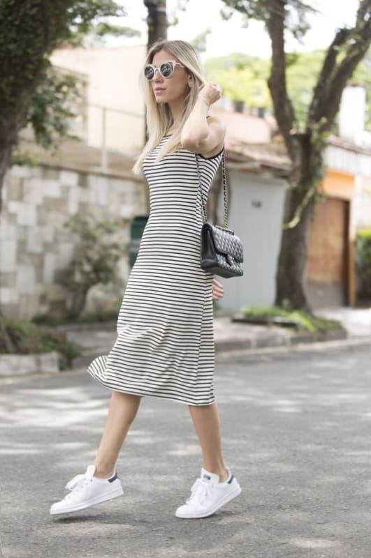 look com vestido midi listrado basico e tenis branco