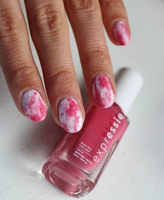 unhas tie dye em rosa e branco