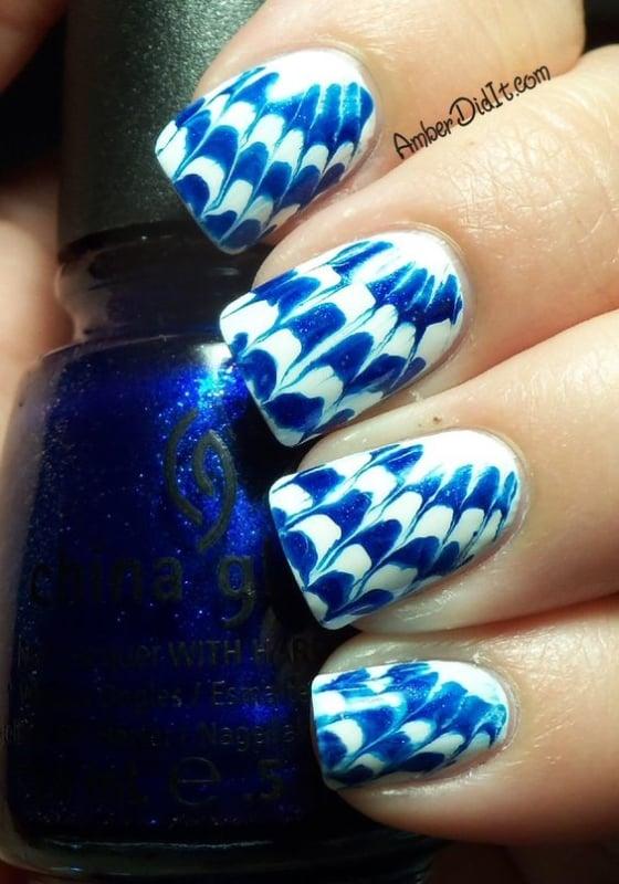 nail art com tie dye azul e branco