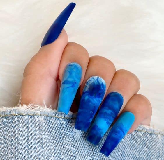 unhas longas com tie dye azul