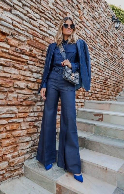 look monocromatico com jeans e acessorios combinando