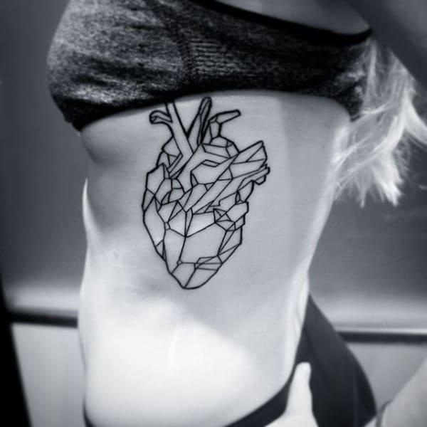 tatuagem de medicina com coracao geometrico