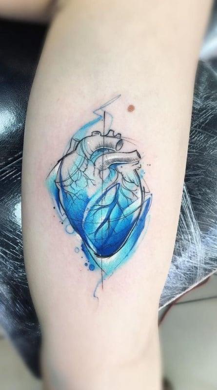 tatuagem moderna de coracao para medico cardiologista